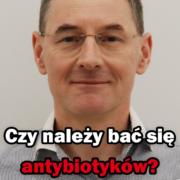 doktor Paweł Grzywacz patrzący na wprost