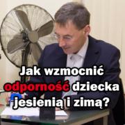 Doktor Paweł Grzywacz przy biurku