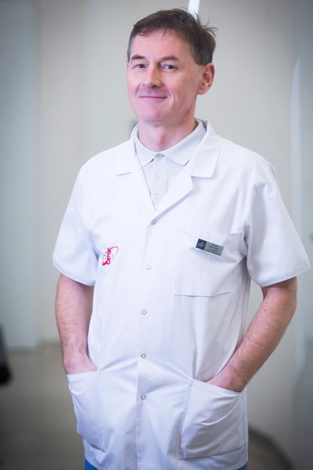 Doktor Paweł Grzywacz w korytarzu nowotarskiej kliniki LASERMED