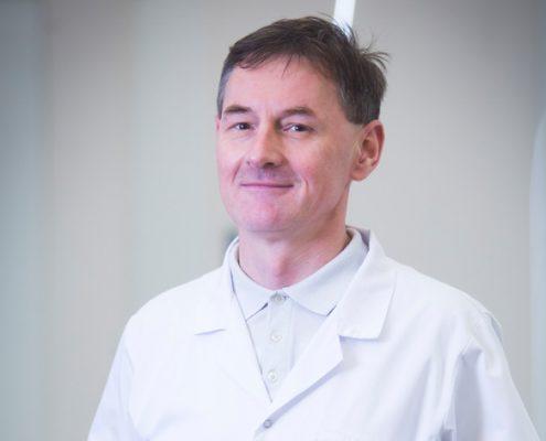 Doktor Paweł Grzywacz w korytarzu naszej kliniki - miniatura