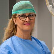 lek. dent. Justyna Grzywacz podczas zabiegu z wykorzystaniem PRP