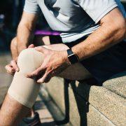Ból kolana, biodra, łokcia - jak leczyć kontuzje stawów