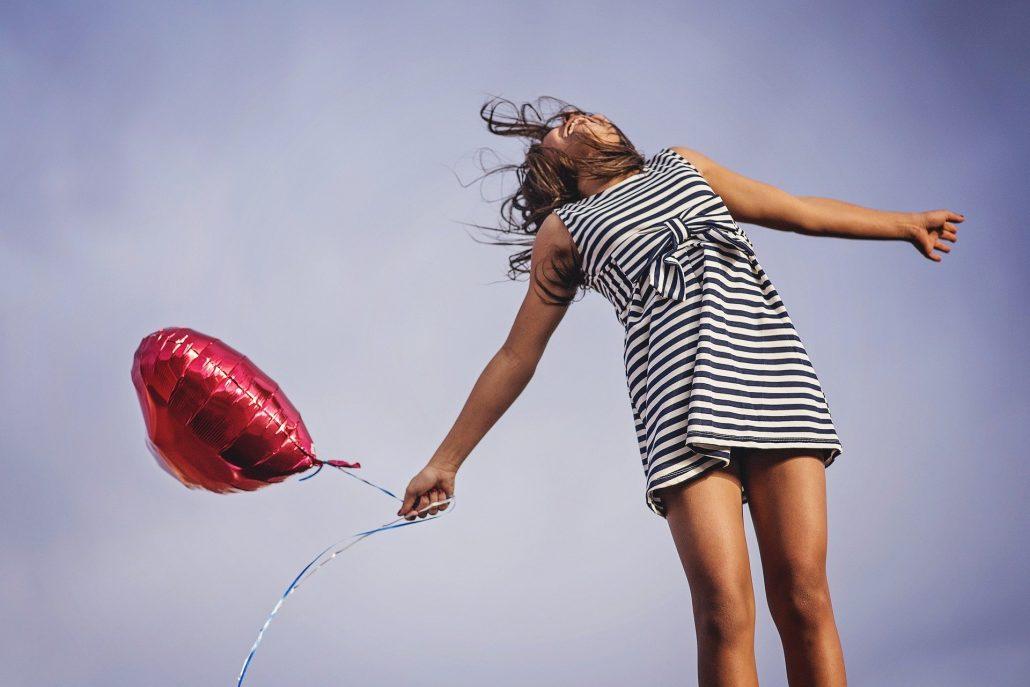 szczęśliwa kobieta po zabiegu estetycznym