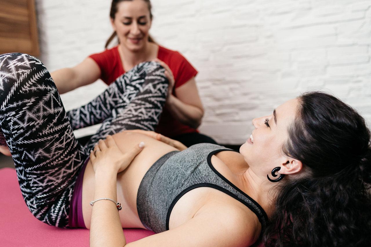 leczenie żylaków w ciąży - ciężarna kobieta podczas ćwiczeń
